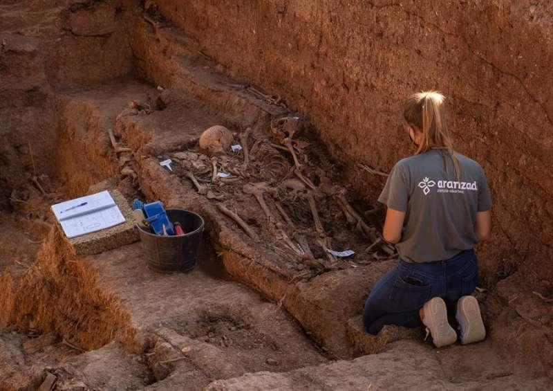 Trabajos de exhumación en una fosa común con represaliados de la Guerra Civil. EFE