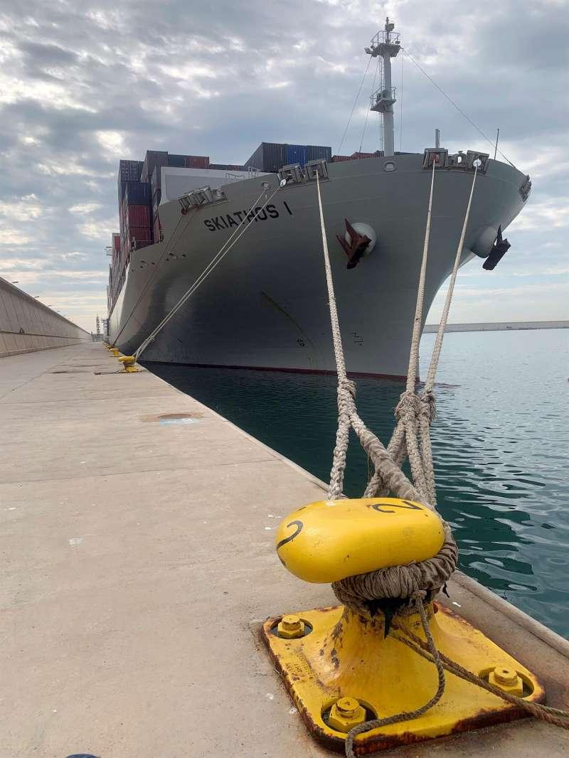 En la imagen, uno de los dos barcos confinados en el puerto de València por presentar algunos de ellos síntomas de la covid-19.