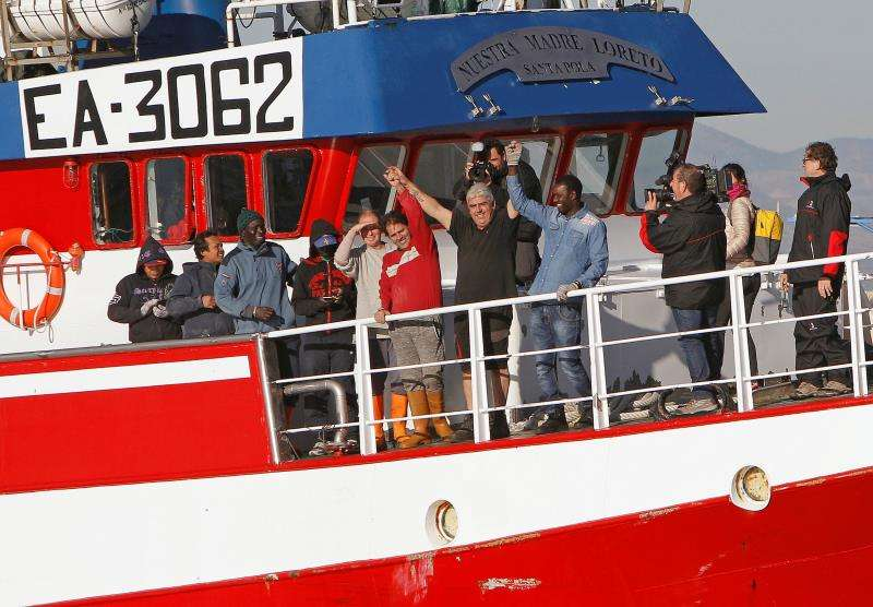 Decenas de familiares, amigos y vecinos de Santa Pola (Alicante) recibieron con aplausos, confeti y a ritmo de batucada al pesquero Nuestra Madre Loreto, que regresaba a casa el 21 de diciembre (en la foto) después de que a finales de noviembre rescatara a doce migrantes frente a la costa de Libia. EFE/Archivo