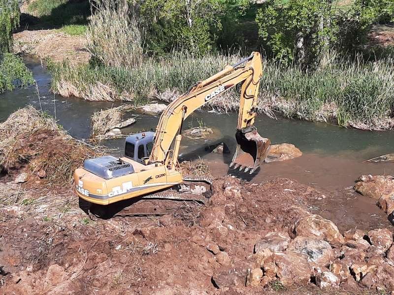Despejando la ribera del río