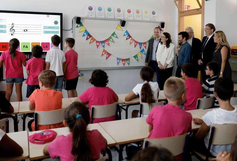 Visita de Mónica Oltra el año pasado a los colegios. EPDA.