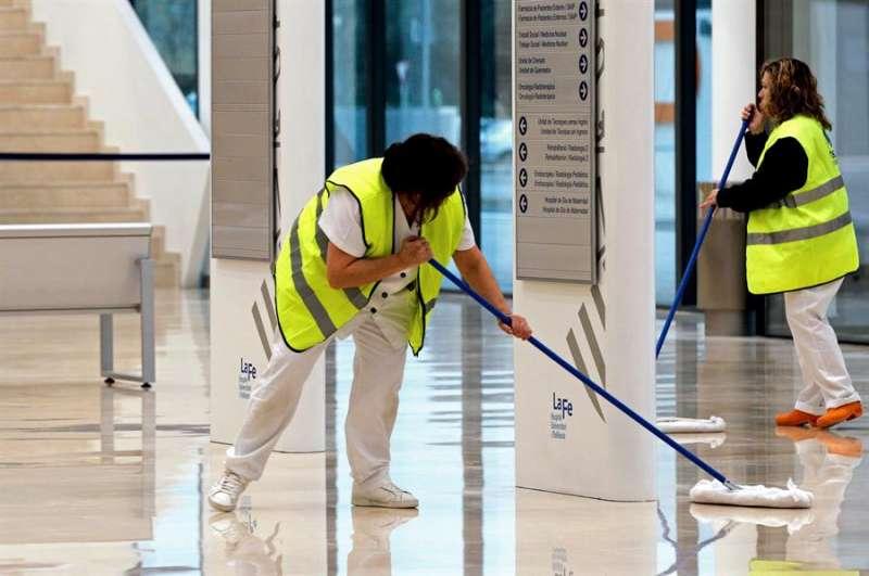 Dos limpiadoras sacan brillo al suelo del Hospital Universitari i Politécnic La Fe de Valencia. EFE
