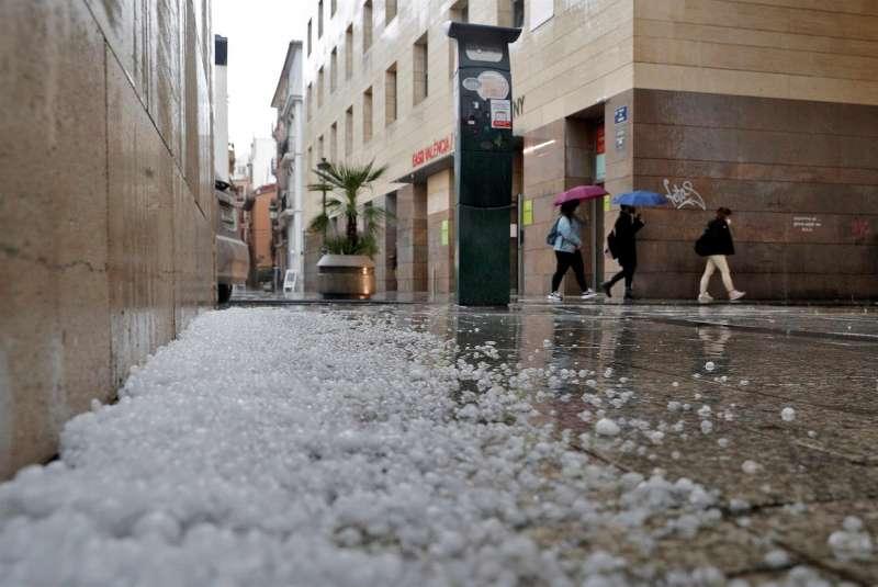 Varias personas caminan por el centro de la ciudad de Valencia