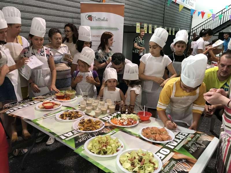 Los niños y las niñas en el taller culinario en el Mercado de Sagunt. EPDA