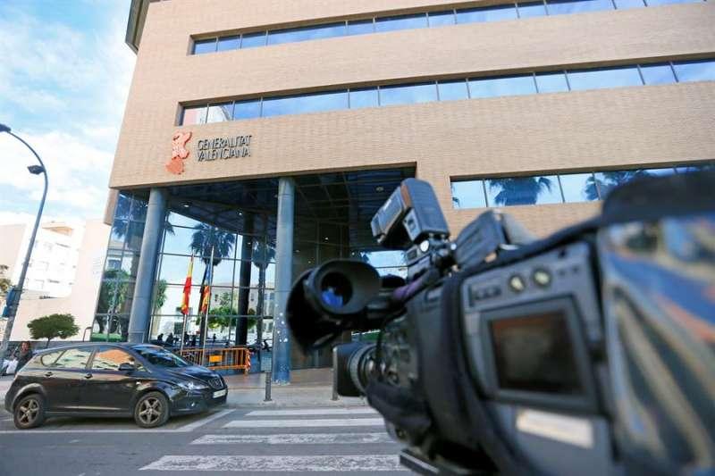Las cámaras de televisión dirigen sus objetivos a las puertas de los juzgados de Alicante. EFE Archivo