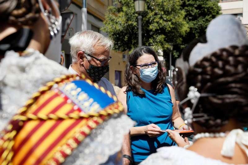Joan Ribó y Mónica Oltra visitan la falla Santa María Micaela-Martí l?Humà, dedicada a la salud mental.