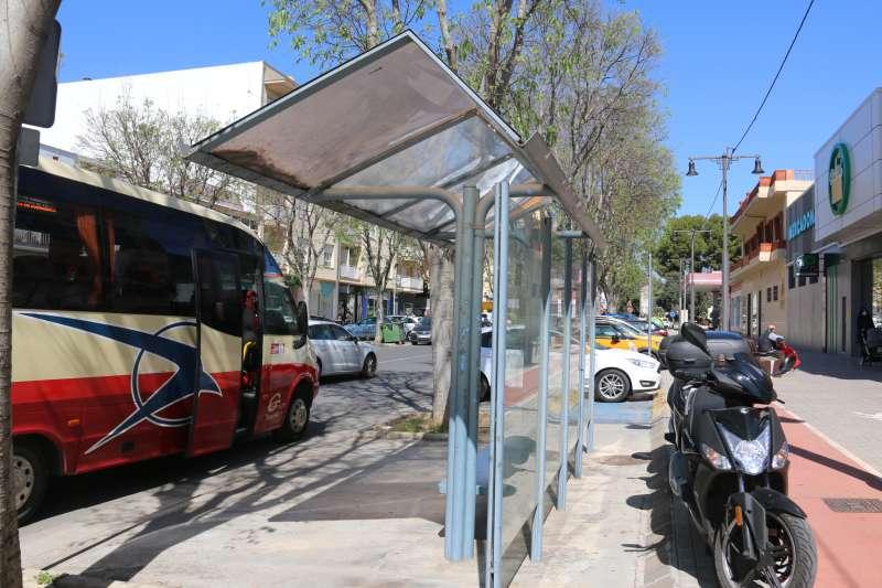 Un autobús estacionado en una parada.