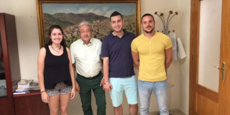 Los estudiantes que realizan prácticas en el Ayuntamiento de Loriguilla junto al alcalde de la localidad. //EPDA
