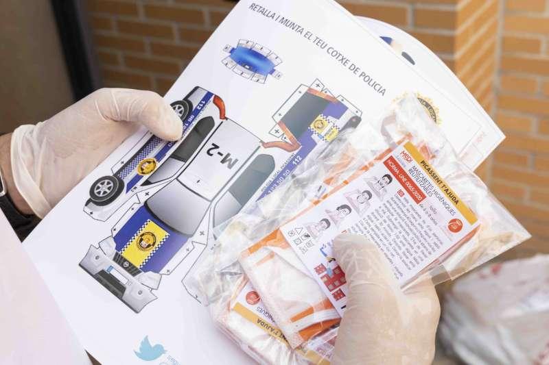 Retallable amb un dibuix d?un cotxe de la Policia. / EPDA