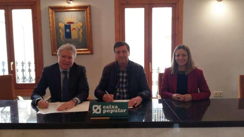 Firma del convenio entre el alcalde de Beniparrell y Caixa Popular. EPDA