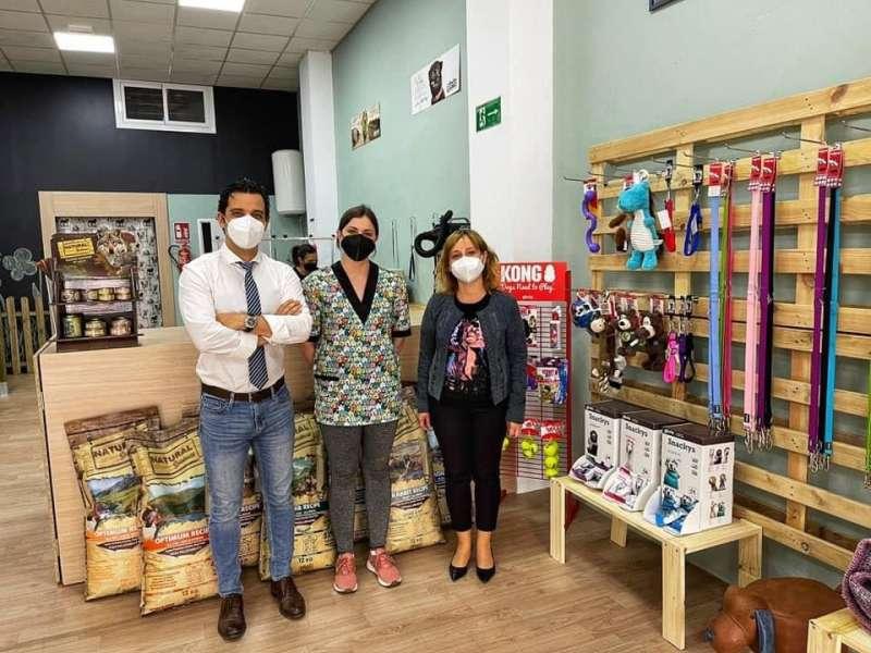 Sagredo y la concejala Navarro en la visita al nuevo comercio Sobre  Patas