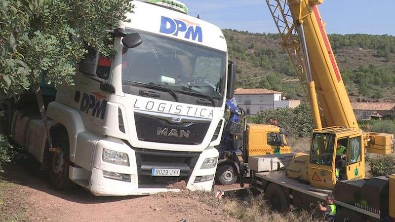 Una grúa trata de recuperar el camión. EFE TV/Eusebio Calatayud