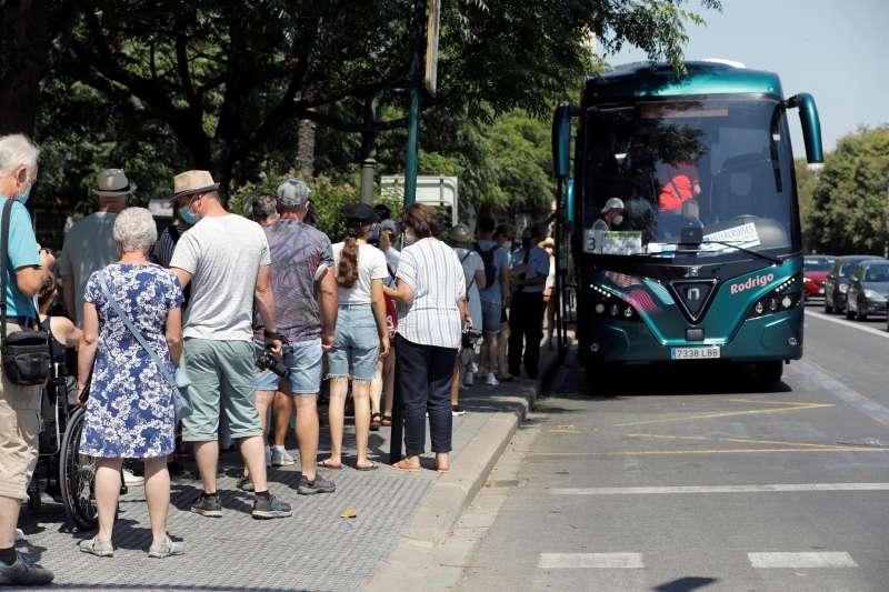 Imagen de archivo de pasajeros de un crucero subiendo a un autobús para visitar, por grupos, el centro de València.