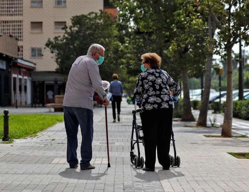 Ancianos saludándose por la calle. EPDA.