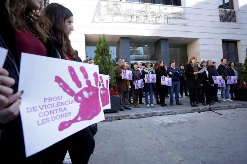 Concentración en el Ayuntamiento de Burriana (Castellón), para solidarizarse con la joven de 17 años violada presuntamente por dos hombres. EFE/Domenech Castelló/Archivo