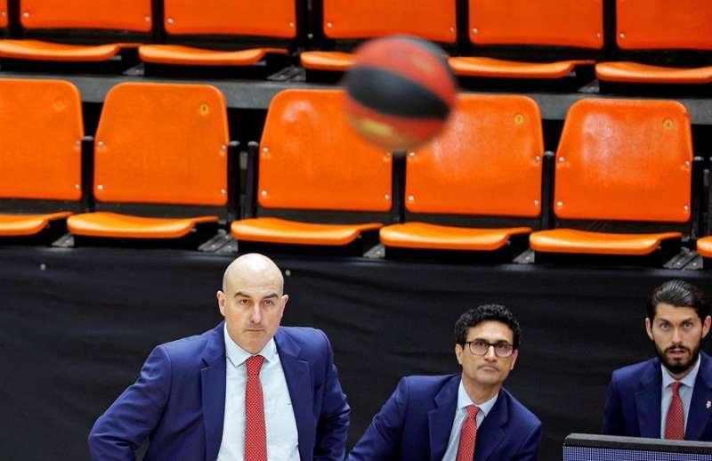 El técnico del Valencia Basket, Jaume Ponsarnau, observa el vuelo del balón durante el primer partido de la segunda jornada de la fase final de la Liga ACB. // EFE.