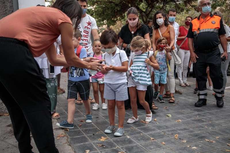 El alumnado de un colegio de València se aplica gel desinfectante durante el primer día de clase del curso 2020/2021.