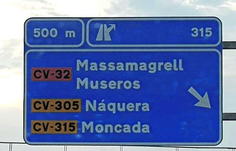 Cartel de la A-7 en el que se ha incluido el nombre de la localidad de Museros. EPDA