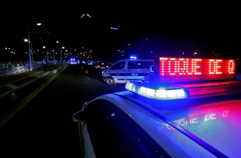 Agentes de la Policía Local de València en un control montado en el puente Assut de l