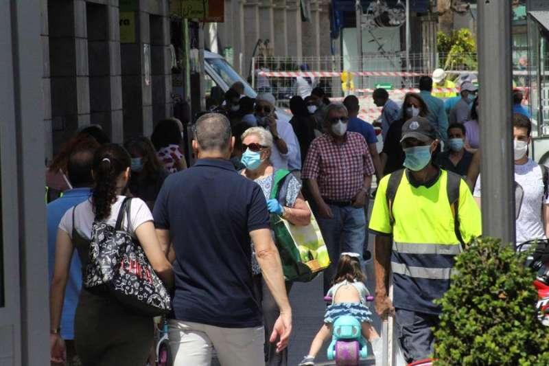 Varias personas pasean este viernes. EFE/Reduán/Archivo