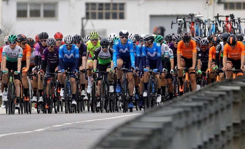 El pelotón durante los primeros kilómetros de la primera etapa disputada entre las localidades alicantinas de Elche y Ondara. EFE
