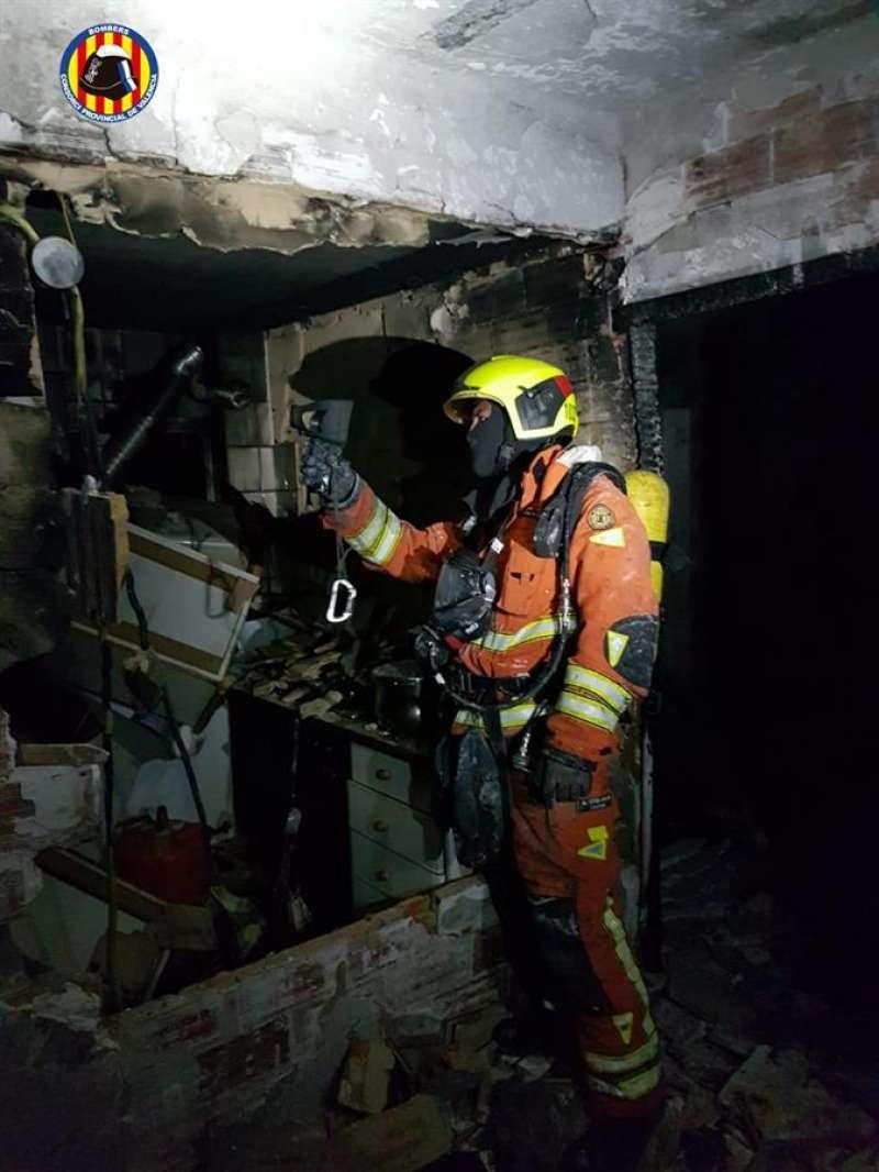 Un momento de la actuación de los bomberos en el incendio de Burjassot