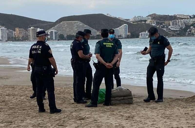 Los agentes junto a la colchoneta hinchable que contenía el fardo de droga