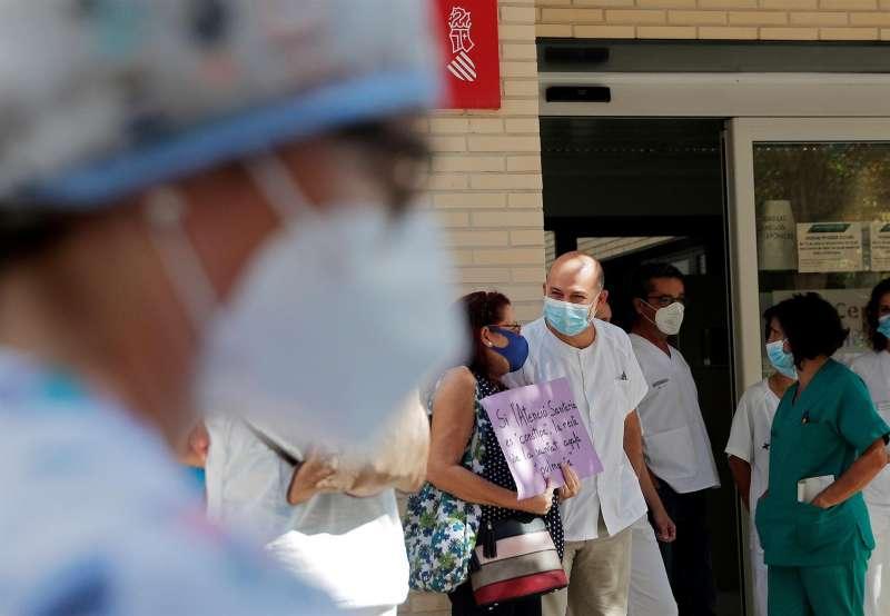 Concentración a las puertas de un centro de salud en defensa de la atención primaria.
