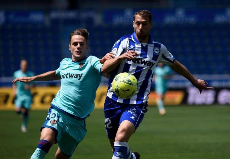 El delantero del Levante Dani Gómez (i) y el defensa francñes del Alavés Florian Lejeune (i). efe