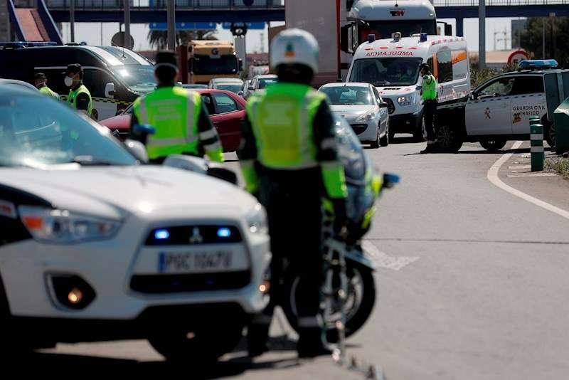 La Guardia Civil durante un control durante estado de alarma decretado por el Gobierno. EFE