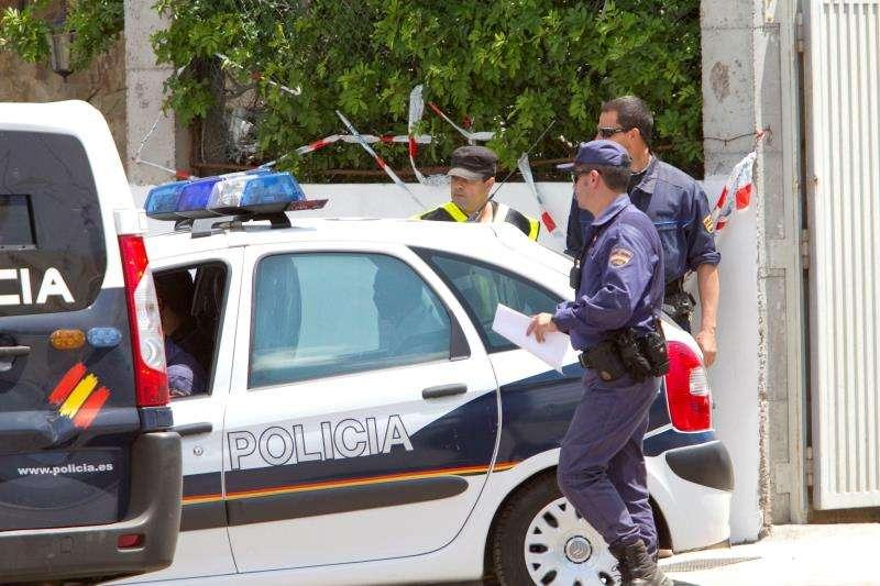 Varios agentes intervienen en una operación policial. EFE/Archivo