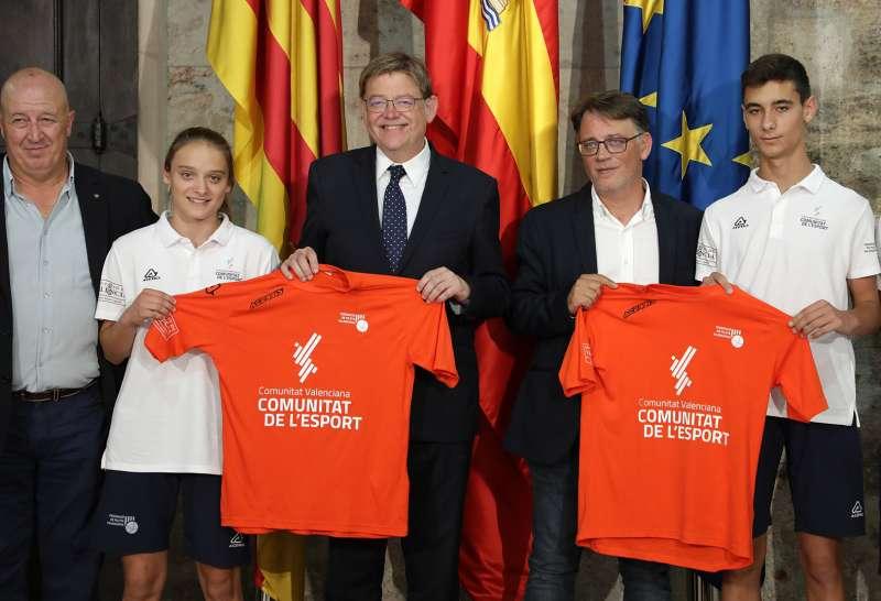 Ximo Puig con representantes de la Federación Valenciana de Pilota y selecciones juveniles. GVA