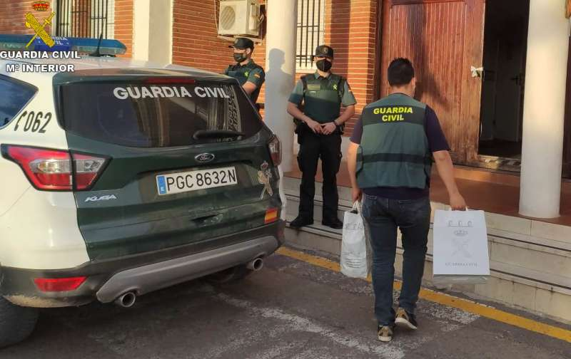 La Guardia Civil de Llíria incautando el material. EPDA.