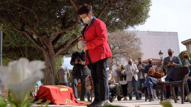 Familiar de José Martí depositando la Piedra del Tropiezo.