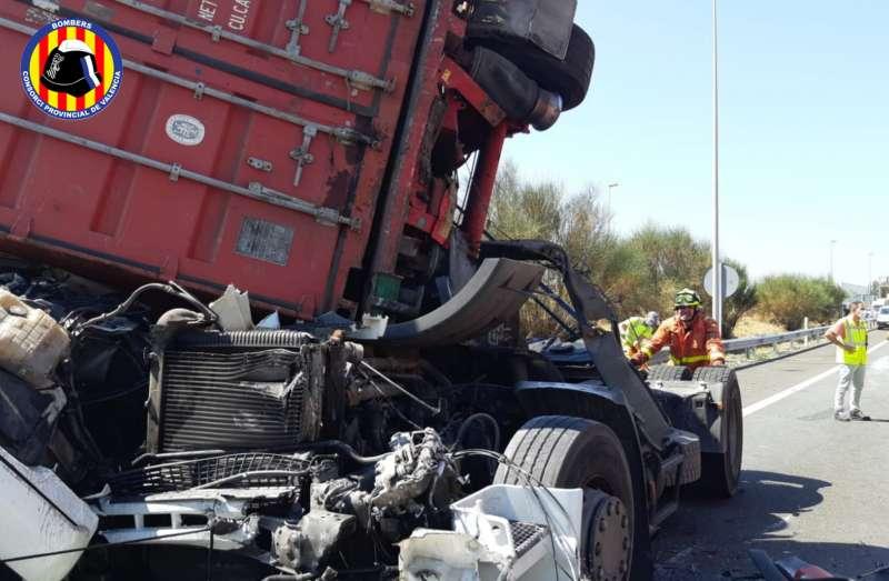 Colisión entre los dos camiones. / EPDA