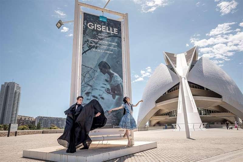 Imagen cedida por el Palau de Les Arts de dos bailarines de Compañía Nacional de Danza (CND) frente al cartel de