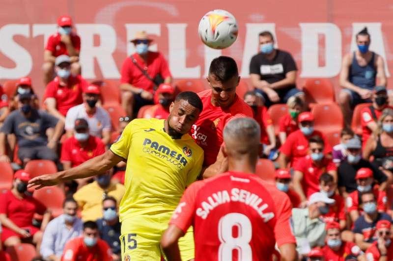 El jugador nigeriano del Villarreal Arnaut Danjuma (i) pelea un balón durante el partido disputado entre el Mallorca y el Villarreal en el estadio de Son Moix en Palma. EFE/ Cati Cladera