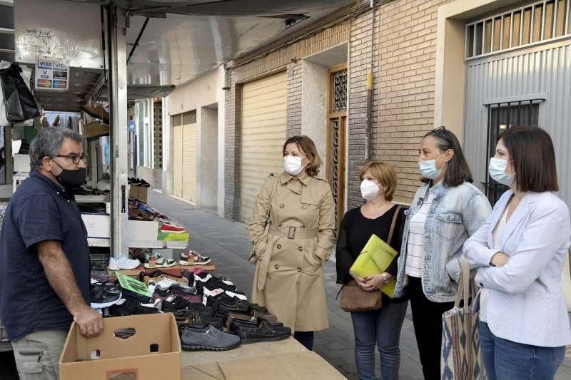 L?alcaldessa de Paiporta, Maribel Albalat, i la regidora d?Economia, Ocupació i Comerç, Olga Sandrós, visitant el mercat de Paiporta.