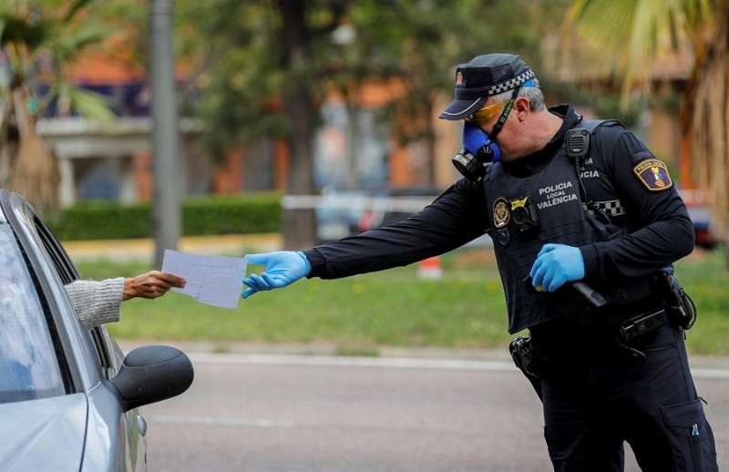 Imagen de archivo de un agente de la Policía Local hablando con una conductora. EFE