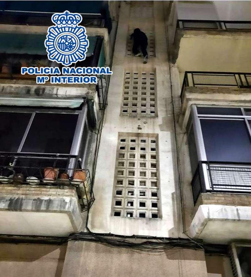 Uno de los detenidos escalando/EPDA