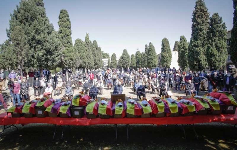 Asistentes al homenaje celebrado esta mañana en el cementerio de Paterna. / EPDA