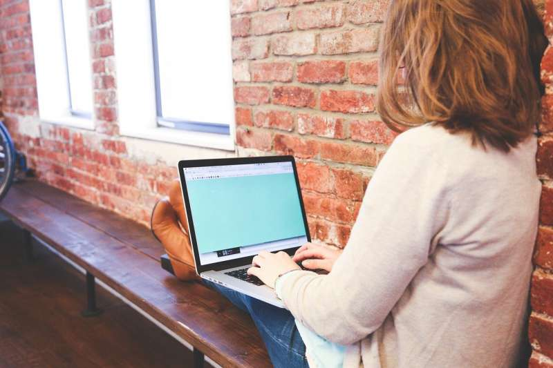 Una usuaria disfrutando de internet / EPDA