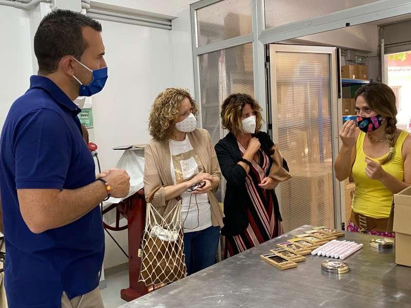 Mompó y folgado visitan una empresa de chocolate en Torrent/PP