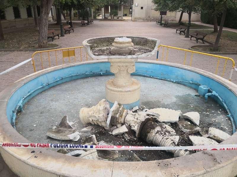 La fuente destrozada./ Foto: L.Rosalén