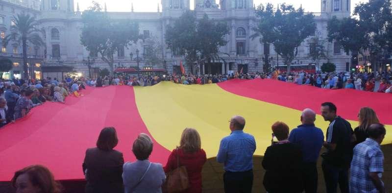 Bandera gigante desplegada en la manifestación. EPDA