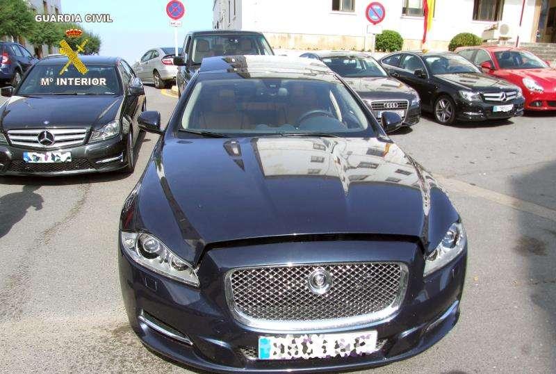 Fotografía facilitada por la Guardia Civil de una operación por la venta fraudulenta de coches de lujo. EFE/Archivo