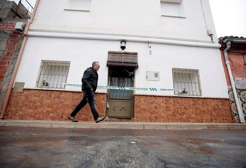 Una persona pasa ante la casa del autor confeso del crimen de Marta Calvo, Jorge Ignacio T.J
