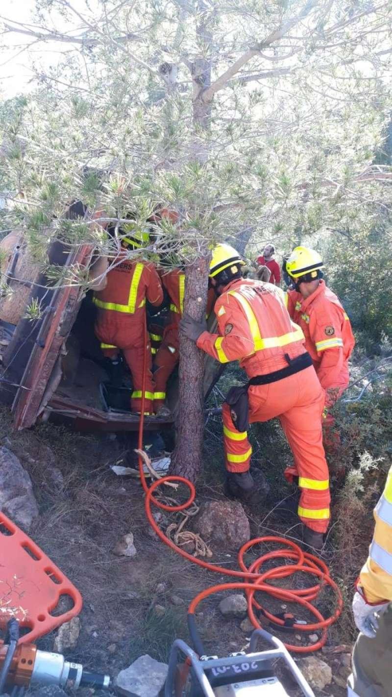 Los bomberos recatan al conductor de un vehículo que cayó a un terraplén en Olocau. Foto cedida por el Consorcio de Bomberos