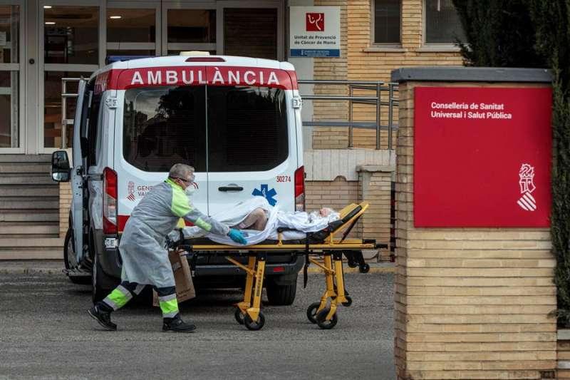 Imagen de archivo de un sanitario trasladando a una paciente al antiguo Hospital La Fe de Valencia