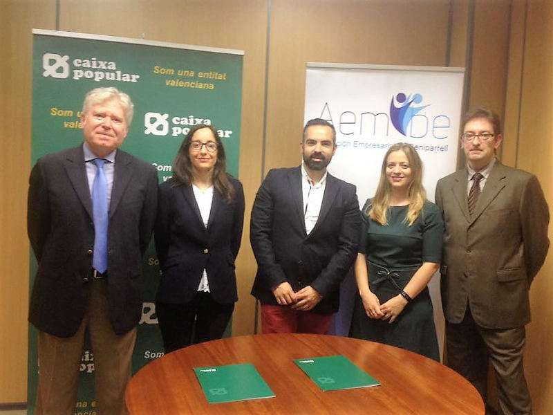 Representantes de AEMBE de Beniparrell y de Caixa Popular. EPDA